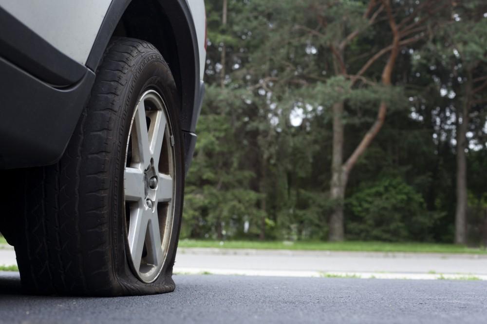 Наиболее частые причины спускания шин автомобиля