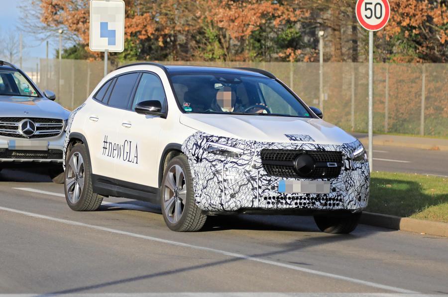 Новый Mercedes-Benz GLA, анонсированный на новых снимках