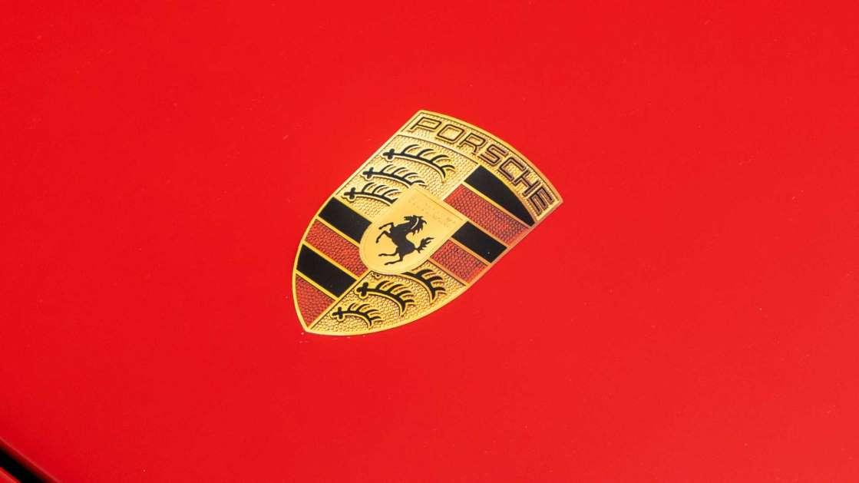 Porsche дает сотрудникам бонус в 10 тысяч долларов, а затем призывает их пожертвовать