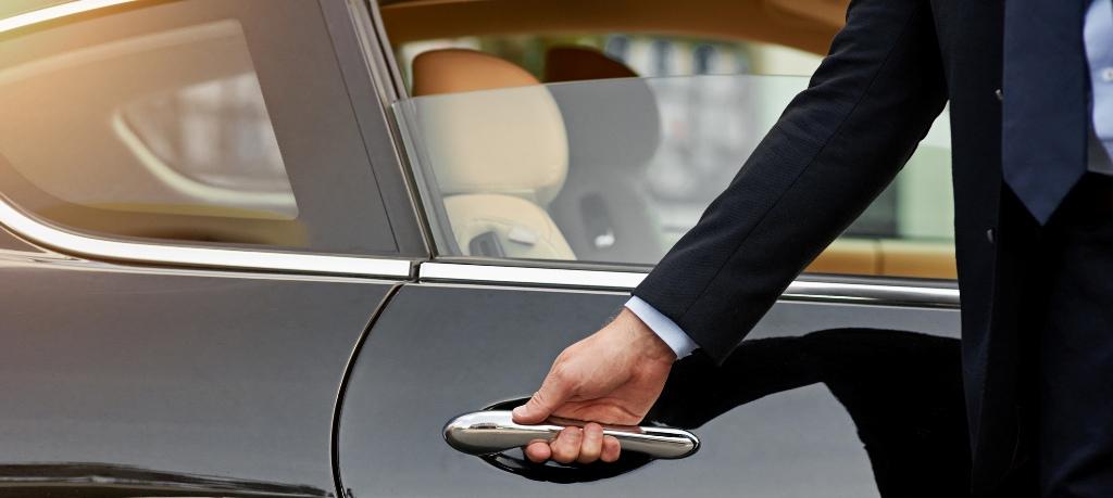 Кому может понадобиться аренда авто с водителем?