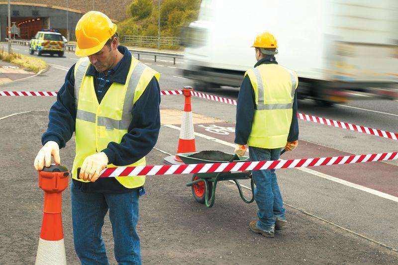 Сигнальная лента: для чего используется на дорогах и чем она может быть полезна?